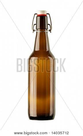 leere Bierflasche auf weißem Hintergrund