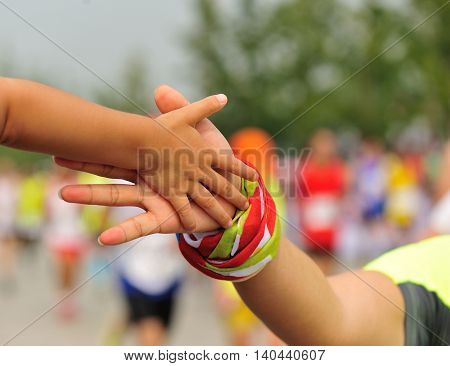 marathon runner clap hand with child spectators