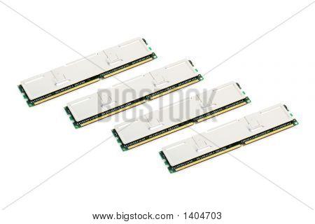 Cuatro módulos de memoria de computadora (aislado en blanco)