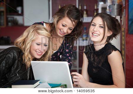 Três meninas rindo