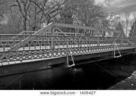 Puente de celosía Pratt con barandilla