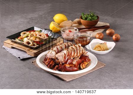 Seasoned pork feet of meeting and host a variety of seafood and a delicious stir-fried seafood host pork feet on the griddle!