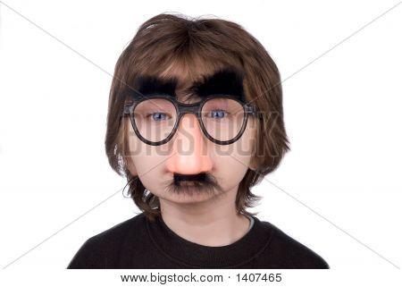 Niño con gafas y nariz falsa