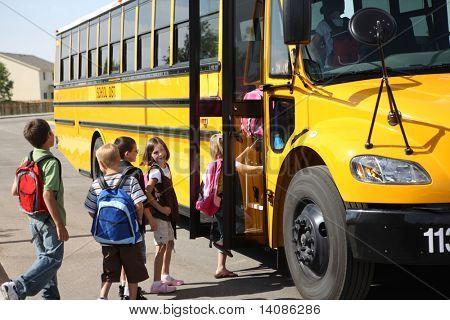 Los estudiantes de la escuela primaria llegar en autobús escolar