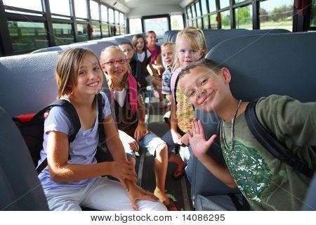 Grundschüler auf Schulbus