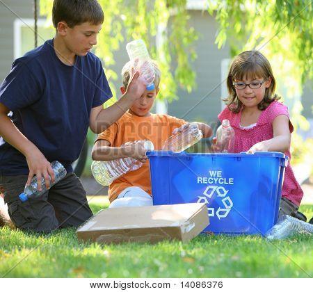 Relleno de niños reciclan el compartimiento