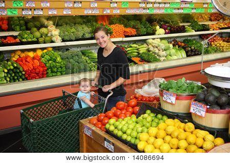 Mujer con un bebé en la sección de productos