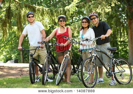 Asiatische Familie mit Fahrrädern