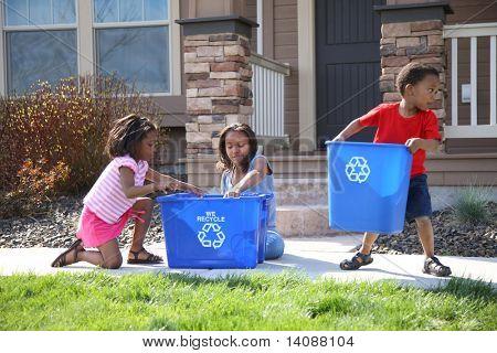 Três crianças colocar itens na Lixeira