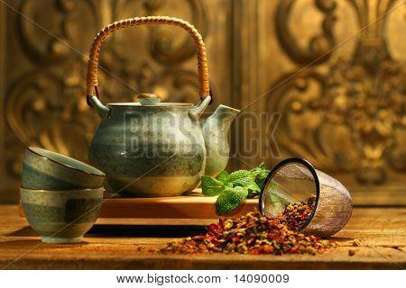 Chá de erva asiática sobre uma velha mesa rústica