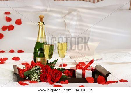 Champagne en la cama para celebrar el día de San Valentín