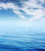 Постер, плакат: Синее море и небо с облаками