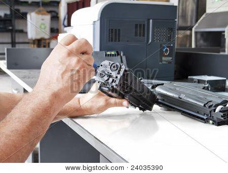 Manos reparar el cartucho de tóner