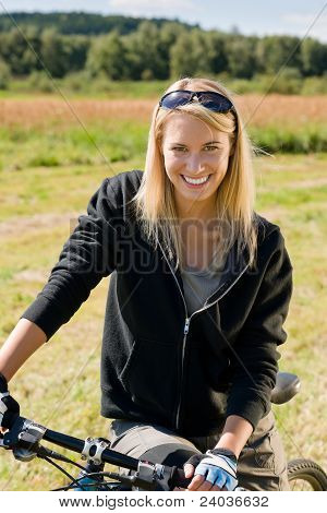 Mountain Bike deportiva prados soleados joven