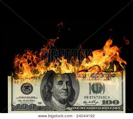 Ardientes dólares de cerca sobre fondo negro