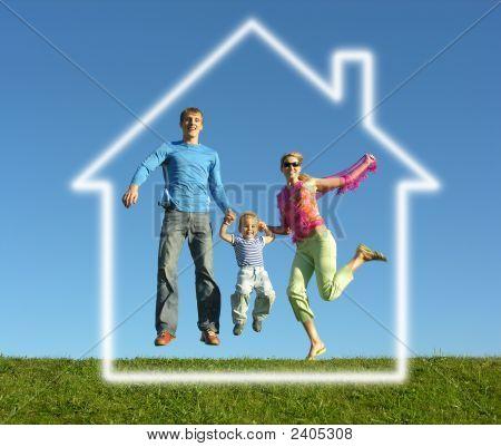 Família feliz com a casa de sonho de voar