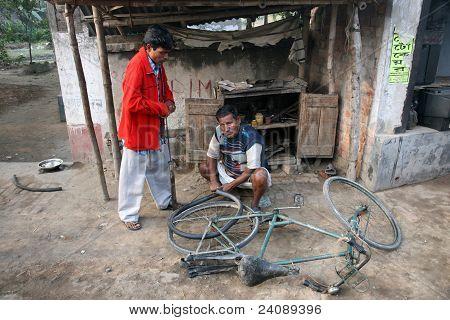 Reparación mecánica la llanta en una bicicleta