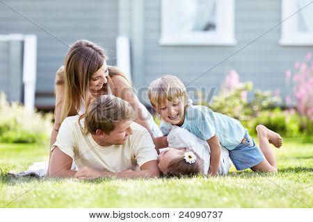 Kinder spielen mit den Eltern im Garten