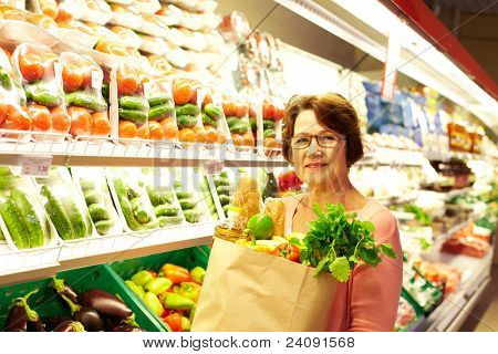 Imagem de mulher sênior no departamento de compras