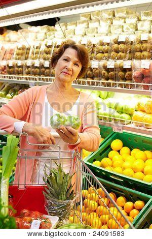 Bild von senior Woman in Lebensmittel-Abteilung
