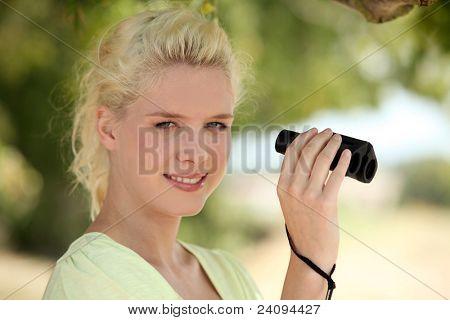 Mulher com binóculos