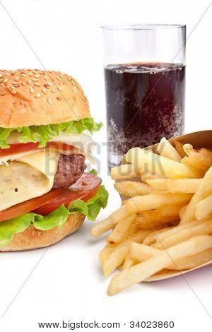 hamburguesa con queso, papas fritas y cola sobre fondo blanco