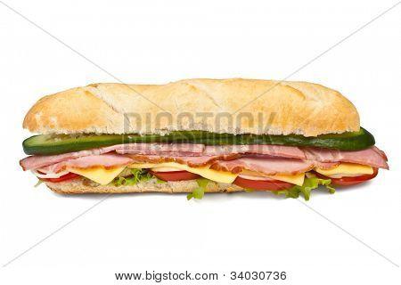 sanduíche de baguete longo com alface, legumes, presunto, bacon e queijo no fundo branco