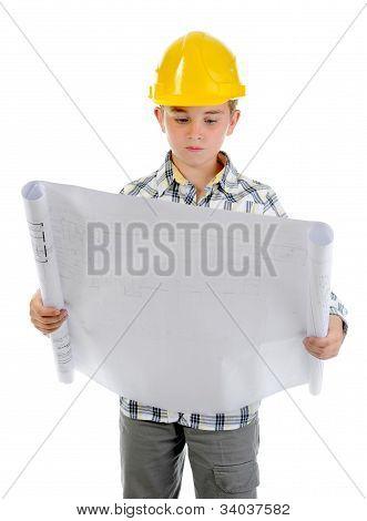 Pequeño constructor sonriente en casco