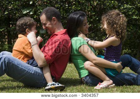 Hermosa familia disfrutar juntos