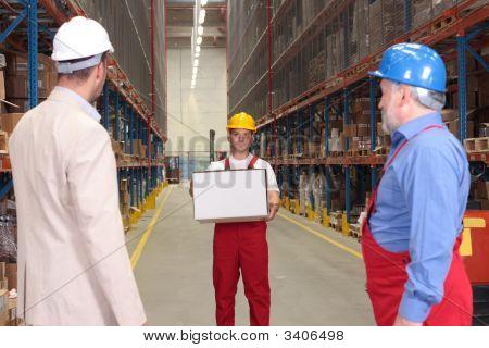 Workerwith-Box im Warehouse