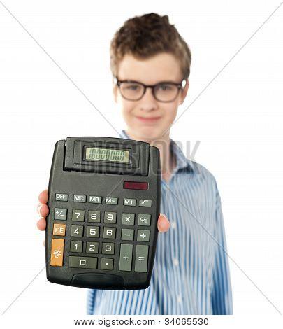 Joven mostrando calculadora Digital