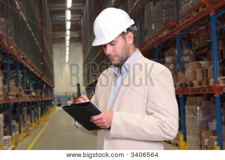 Ingenieur Notizen im Warehouse