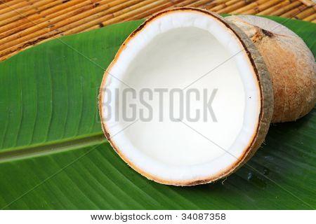 Cesta de madeira folhas de coco com banana