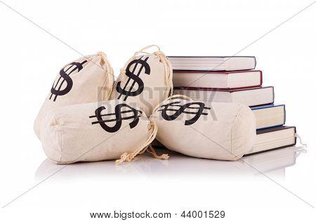 Conceito de educação caro com livros e dinheiro