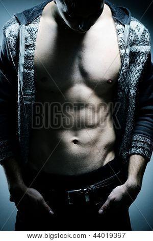Jovem homem musculoso sexy posando