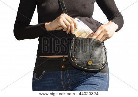 Sexy Lady puxa para fora de sua bolsa das notas de Euro 50 isolaram no branco