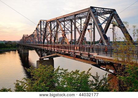 OTTAWA, Canadá - 8 SEP: Alexandra puente sobre río en 08 de septiembre de 2012 en Ottawa, Canadá. Es mai