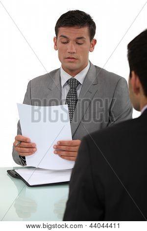 Homem em entrevista de emprego