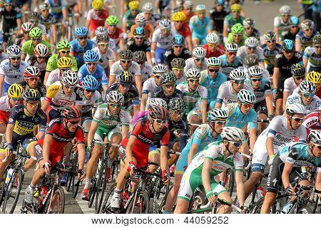 BARCELONA - März, 24: Pack der Radfahrer-Fahrt während der Tour von Katalonien-Radrennen durch t