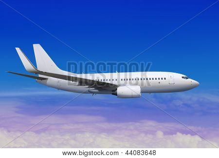 aviones de pasajeros blanco en el cielo azul, lejos del aterrizaje