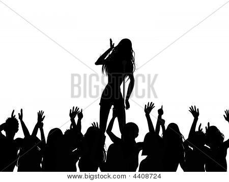 Cantante y silueta de la multitud