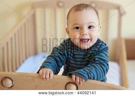 Baby im Kinderbett Standing