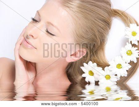 Nahaufnahme frisch Gesicht mit Spiegelbild im Wasser