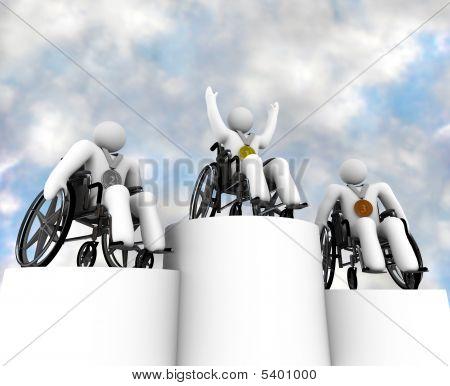 Três Campeões de cadeira de rodas em pedestais