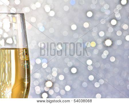 Una flauta de Champagne oro sobre fondo abstracto