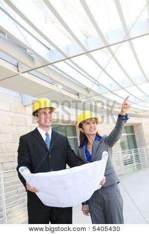 Hombre y equipo de construcción de la mujer