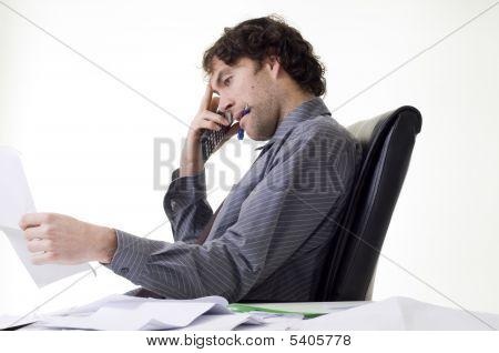 Empresario con exceso de trabajo