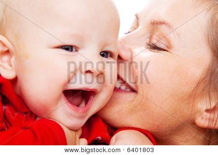 Madre de bebé beso