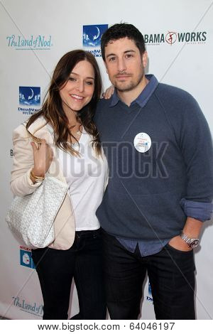 LOS ANGELES - APR 27:  Jenny Mollen, Jason Biggs at the Milk + Bookies Story Time Celebration at Skirball Center on April 27, 2014 in Los Angeles, CA