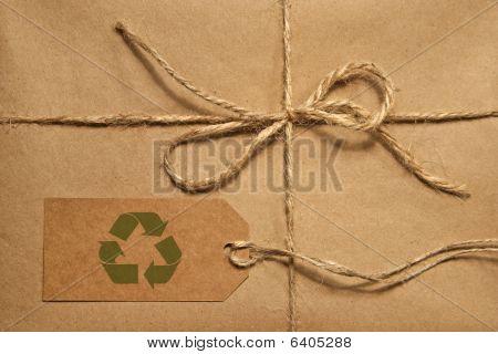 Brown parcela amarrada com barbante e Tag para cópia espaço do transporte